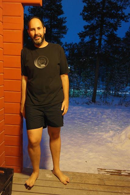 Leo de short na varanda do chalé em Ivalo, Finlândia