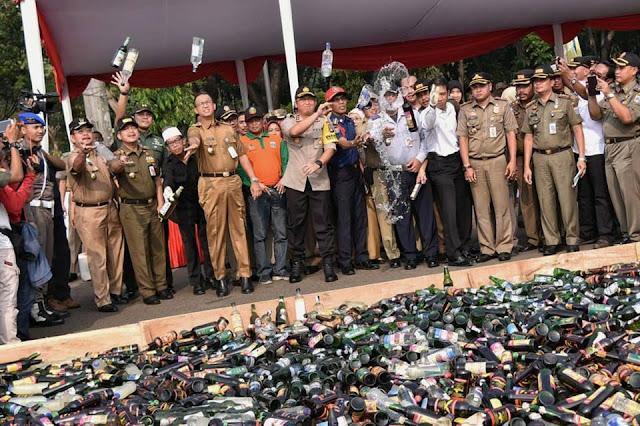 Nahi Munkar, Anies Baswedan Pimpin Aksi Musnahkan 14.997 Botol Miras