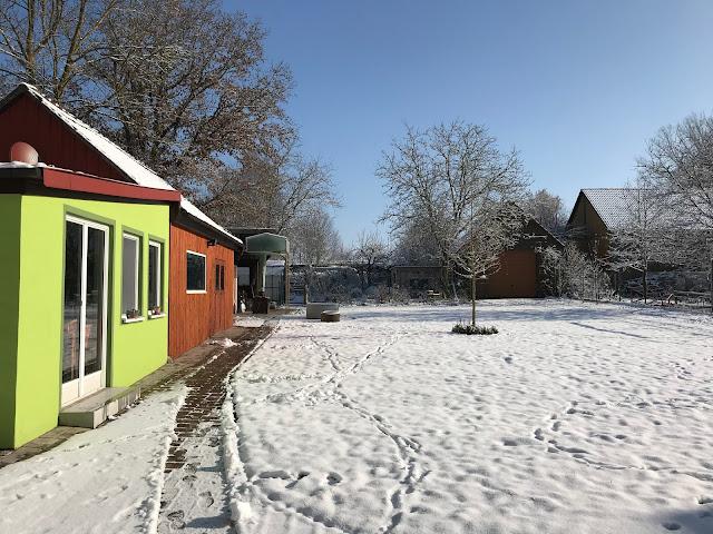 Schnee und blauer Himmel im Garten