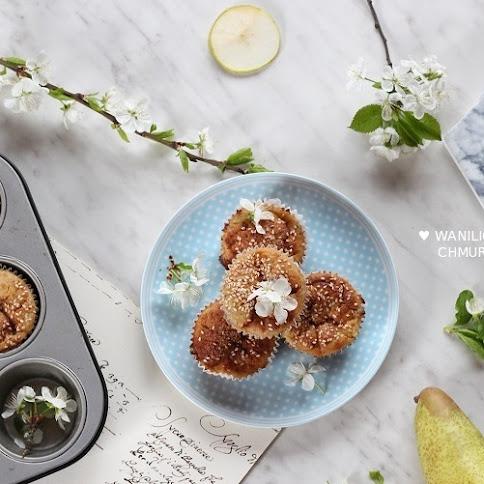 Wegańskie muffinki z gruszką i rabarbarem