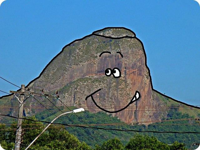 A Pedra dos Dois Olhos te observa e te quer sorrindo!