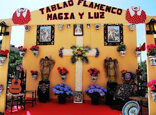 Altar con una cruz floral en el Barrio Santa Cruz de Alicante