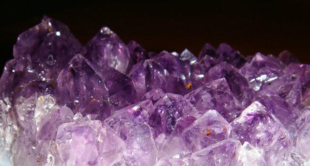 Фиолетовые кристаллы аметиста имеют лечебные свойства.