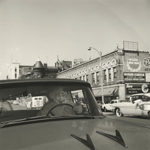 imagenes bellas en blanco y negro, fotos vintage, cool pictures -- fotografa Vivian Maier, Untitled, 1962, Clown in Car.