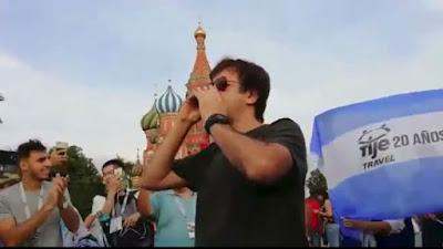 Ciro tocó el himno en Rusia.