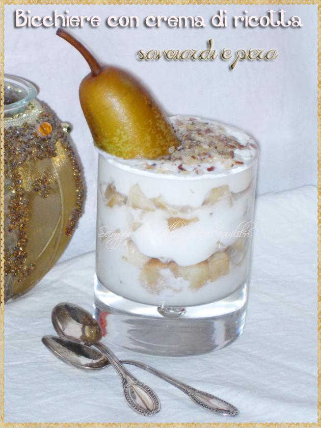 Bicchiere con crema di ricotta, savoiardi e pera