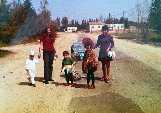 רחוב ההדרים כפר נטר בשנת 1973, ברקע מאחור המכולת ובית הכנסת