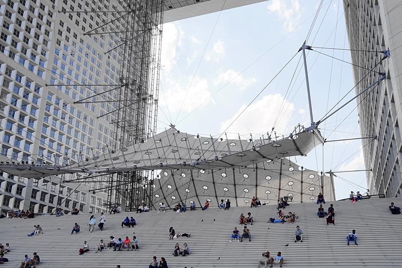 Minimalistische Architektur des Grande Arche, Paris, im Sommer // Interrail-Reise durch Europa