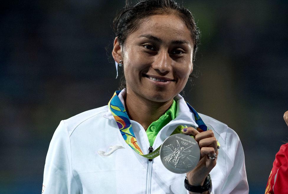 Lupita González recibió su medalla de plata.
