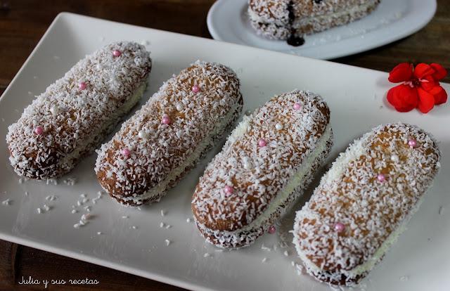 Bizcochitos rellenos de crema rebozados en coco rallado. Julia y sus recetas