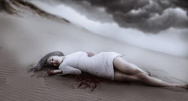 Vajzë shtrirë në shkretërtirë