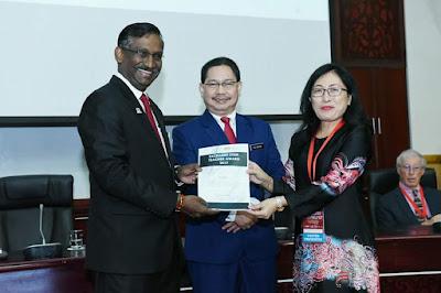 Puan Lee Saw Im, dari SMK Seri Bintang Utara KL bagi kategori Guru Senior
