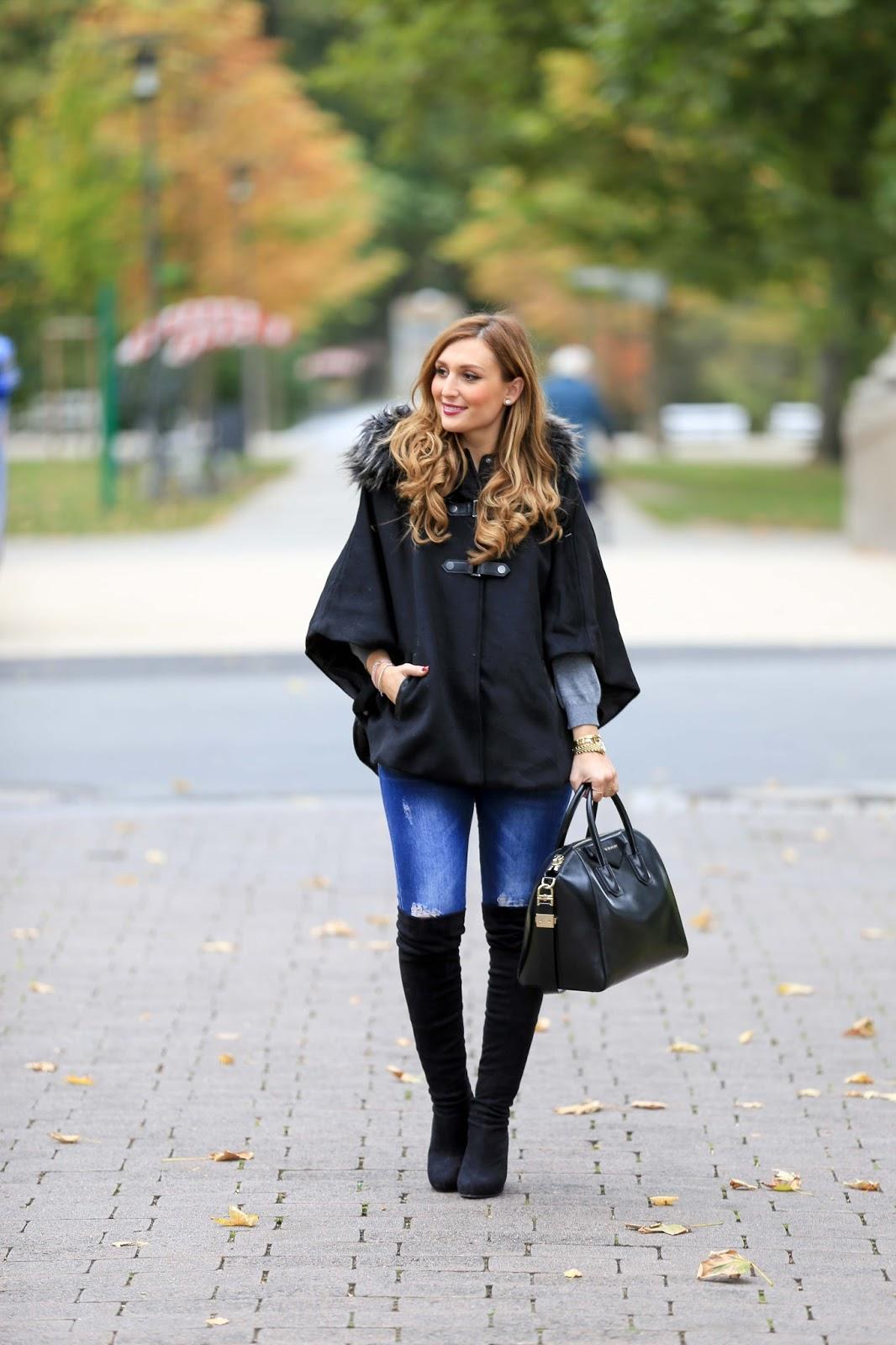 Streetstyle-Blogger-Streetstyle-Look-Poncho kombinieren -Blogger Herbstlook- Winterlook-inspirationen - was-zieht-man-im-Winter- an- schwarzerPonchos
