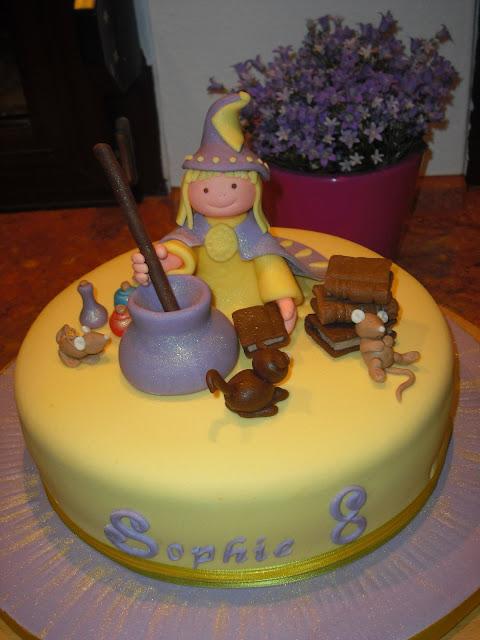 Hexentorte, Torte mit Zauberin und magischem Kessel