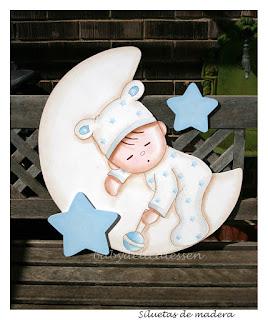 silueta de madera de bebé durmiendo en luna babydelicatessen