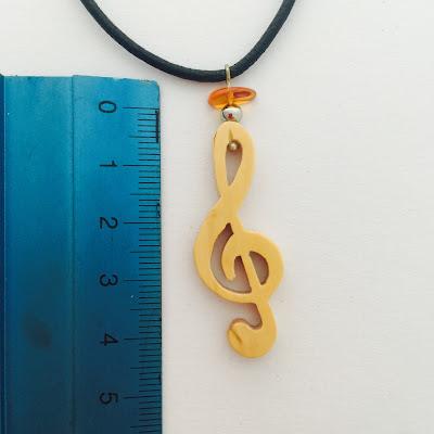 collar clave de sol en madera artesanal