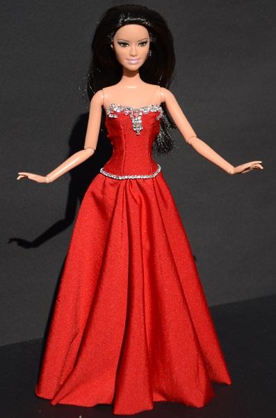Raquelle w czerwonej sukni.