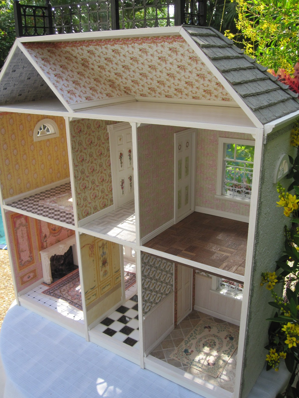 Dollhouses by Robin Carey: La Maisonnette French Dollhouse