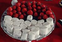 Pokeball van aardbeien, bosbessen en marshmellows