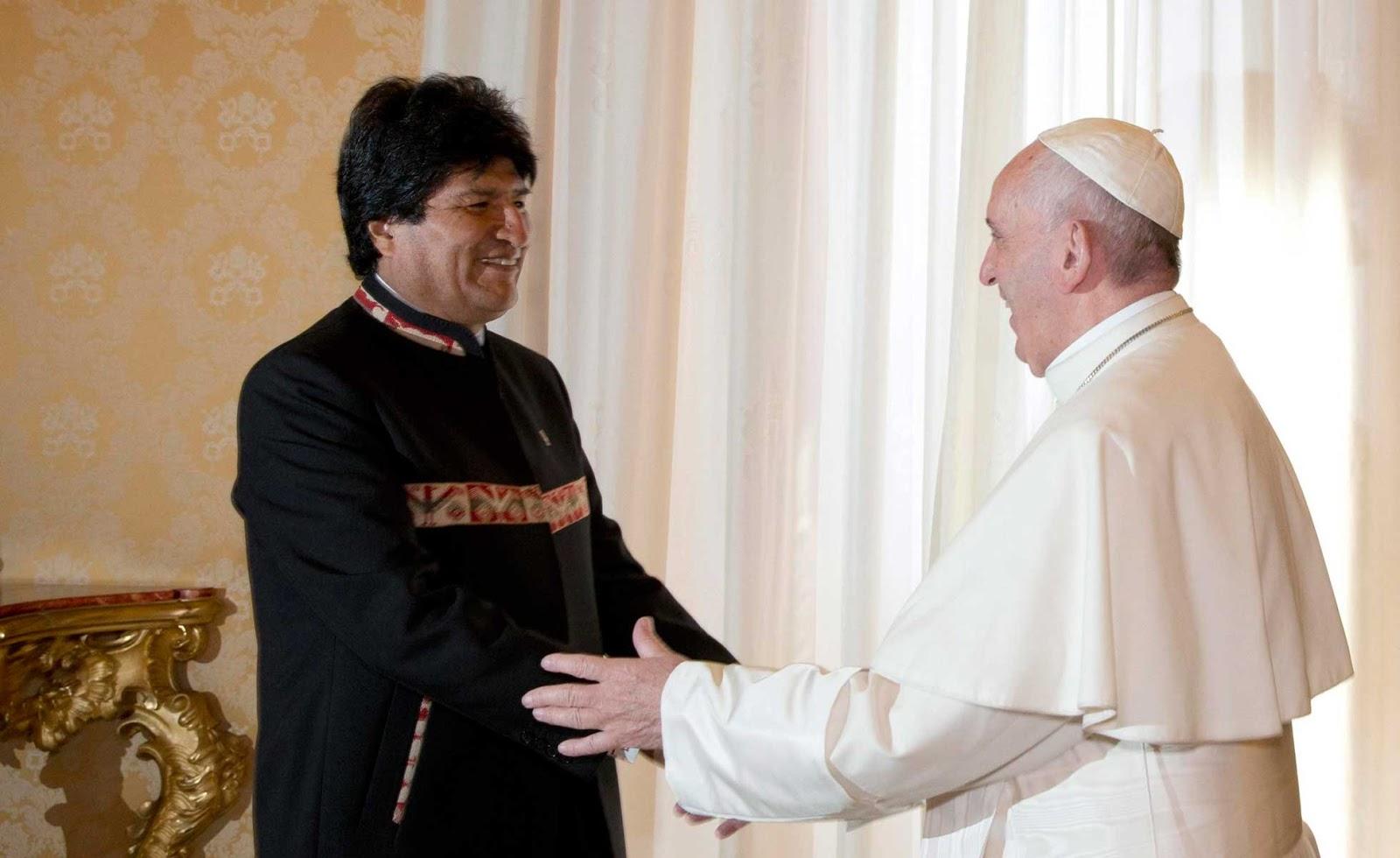 Evo Morales regala al Papa tres libros sobre coca y le recomienda tomarla