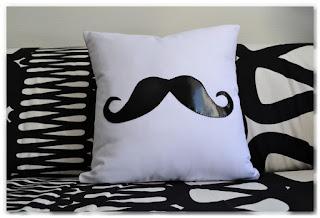 coussin blanc moustache simili cuir noir