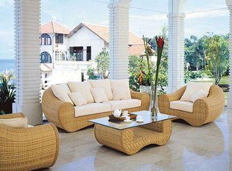 Sillones y mesa de mimbre en balcones