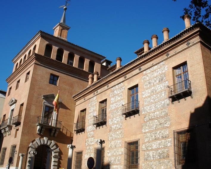 La casa, de dos plantas con balcones en la superior. Es de estilo herreriano, alternando piedras y ladrillos.
