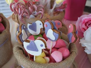 μπισκότα πουλάκια σε στικ καιζαχαρωτά τραπέζι ευχών βάπτισης κοριτσάκι