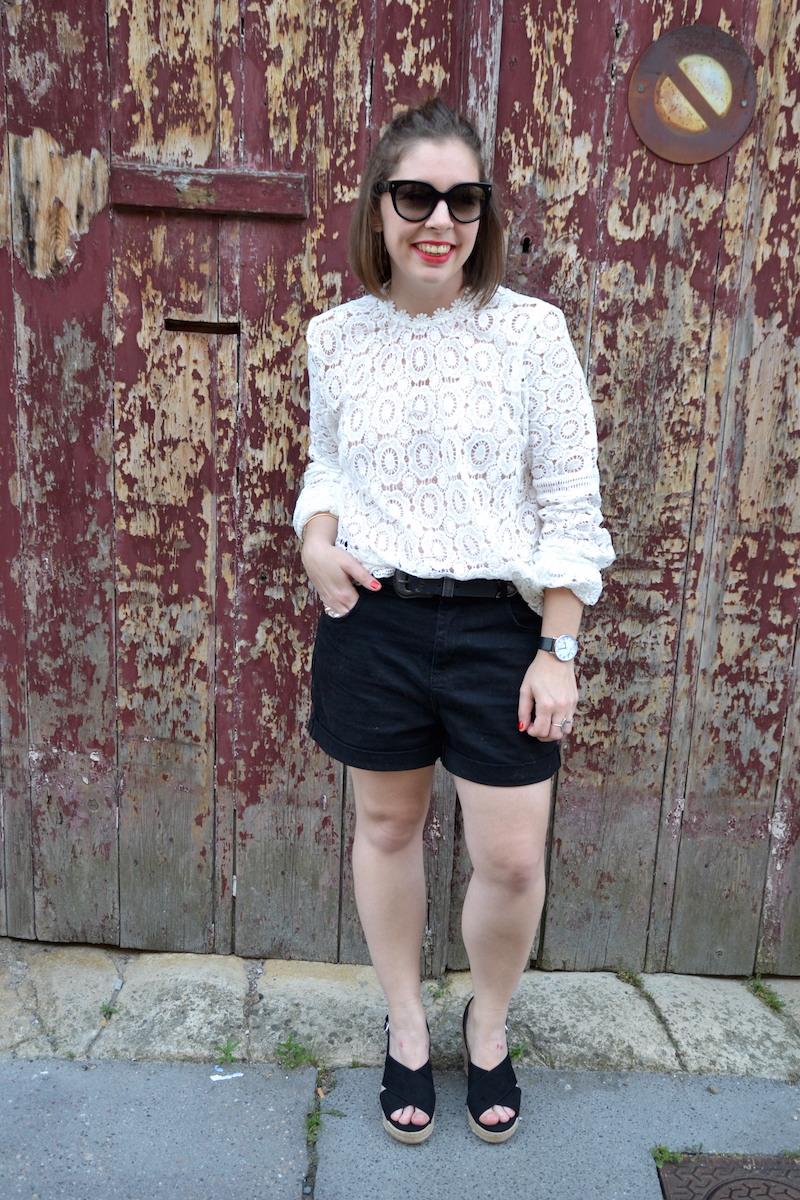 blouse dentelle Sheisinde, short noir Pimkie, Sandales Pull and Bear, clubmaster