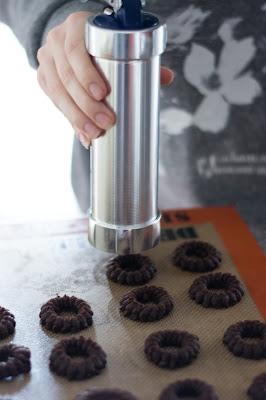 Préparation de biscuits romias au chocolat