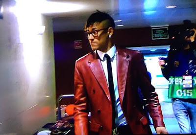3094d6aaf4c62 Nada mais espantoso, no entanto, do que o Neymar fashion. Chegou de  pantalones indigo, jaqueta colorida cintilante, óculos da própria grife, ...