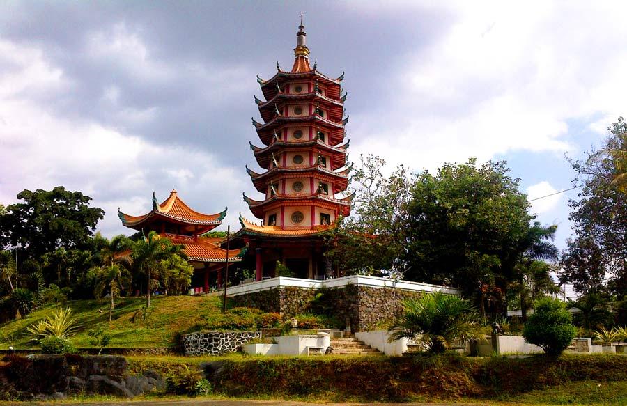 Pagoda dan Vihara Watu Gong