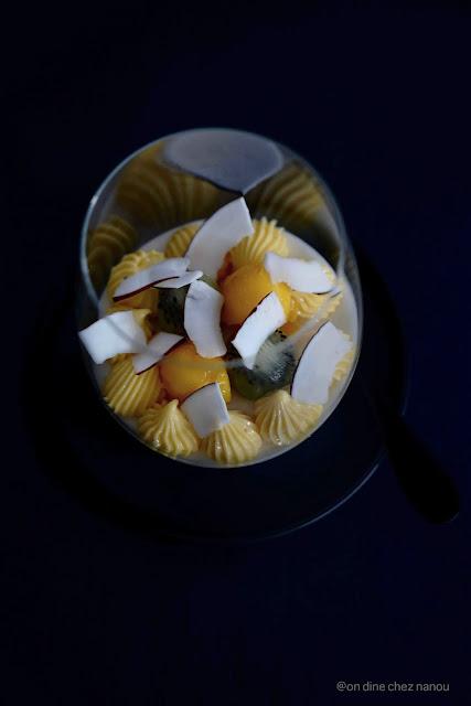 Noël , élégant , mousse ;coco , fruit de la passion , mangue , kiwi ,recette festive