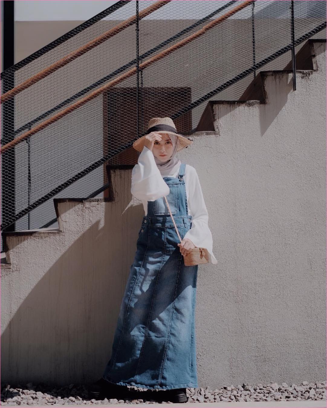 Outfit Baju Jumpsuit Berhijab Ala Selebgram 2018 jumpsuit rok jeans denim top blouse lengan terompet lebar putih hijab pashmina krem topi coklat sling bags rotan wedges sneakers heels hitam gaya casual kain sutra katun ootd outfit 2018 tangga selebgram batu kerikil abu