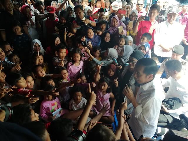 Jokowi Ajak Anak Anak Korban Tsunami Main Tebak Tebakan