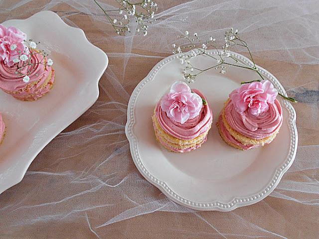mini bolos coco baunilha e ganache morango