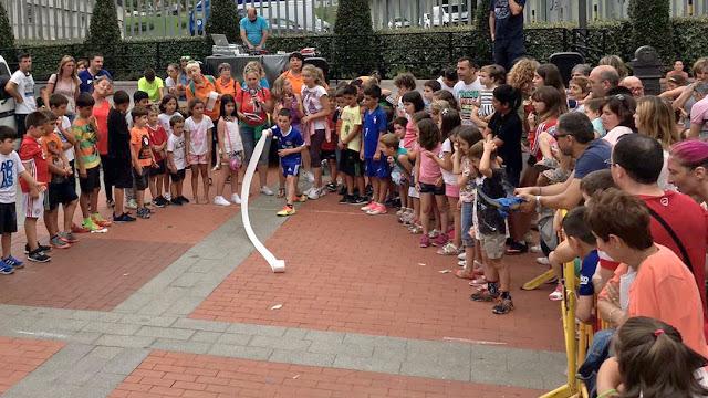 Campeonato de lanzamiento de papel higiénico infantil