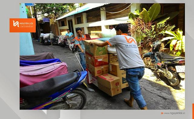 Nhân viên chuyển đồ đạc vào nhà
