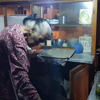Potret Semangat Pantang menyerah Nenek Penjual Pangsit Mie Di Jl. Bromo Malang