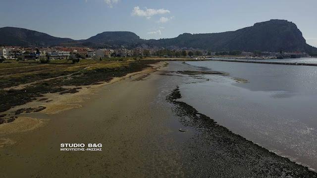 Εντυπωσιακό το φαινόμενο της άμπωτης σε παραλία του Ναυπλίου (βίντεο drone)