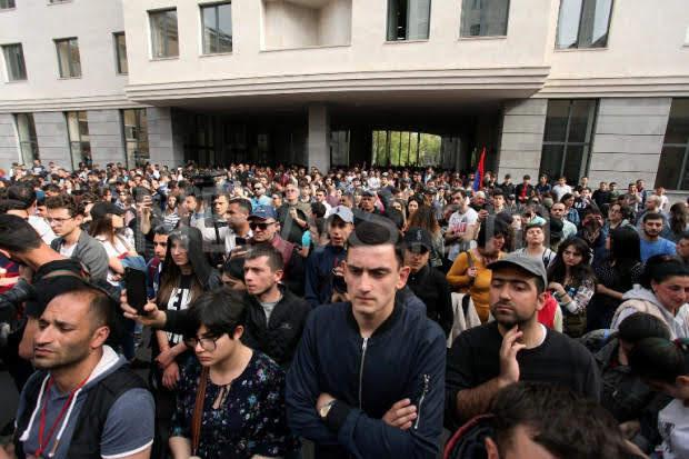 Manifestantes piden la renuncia del alcalde de Erevan