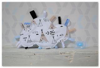 doudou étiquettes nuage et tipis blanc bleu beige