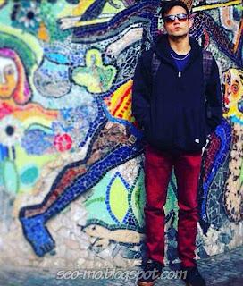Foto Keren Indra Brotolaras Pakai Kacamata