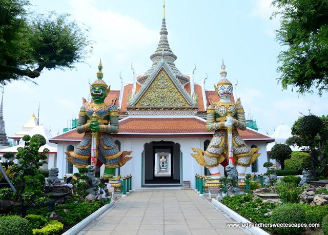 Wat Arun statues