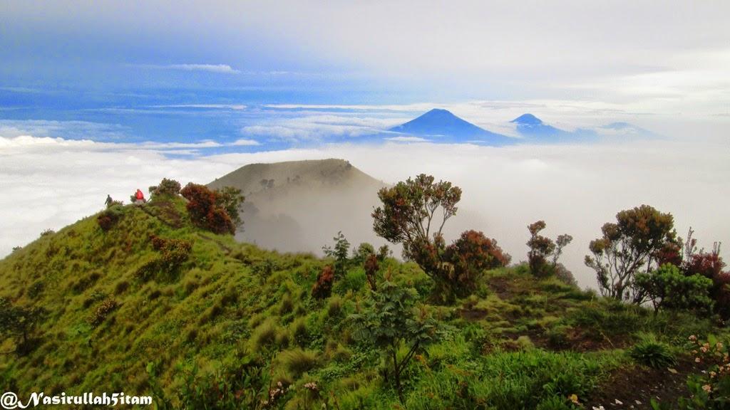 Puncak gunung Sumbing, Sindoro, dan Prau terlihat dari puncak Merbabu