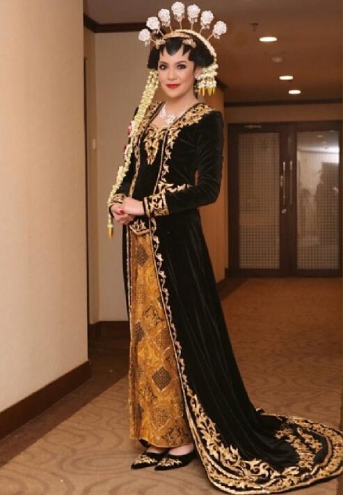 Astrid Putrinda Kebaya Pengantin Beludru Adat Jawa