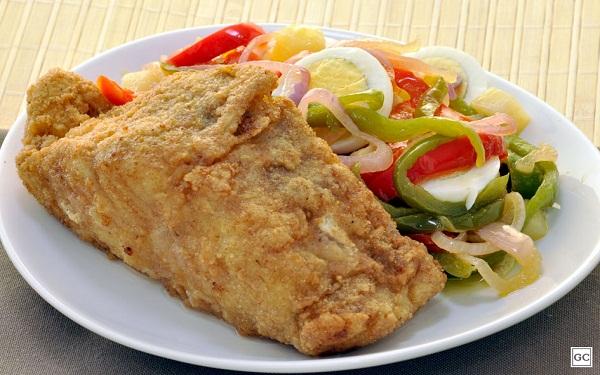 Receita de bacalhau frito com salada de batata (Imagem: Reprodução/Guia da Cozinha)