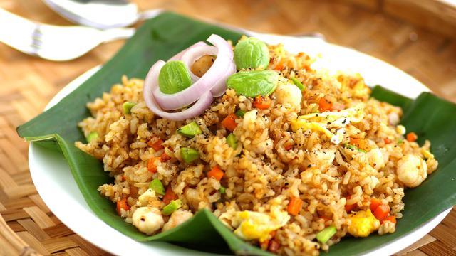 Bekal Makan Siang? Coba Resep Nasi Goreng Udang Sosis Pedas