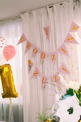 dekoracje na roczek, girlanda, różowe ozdoby, roczek dekoracje, napis na urodziny
