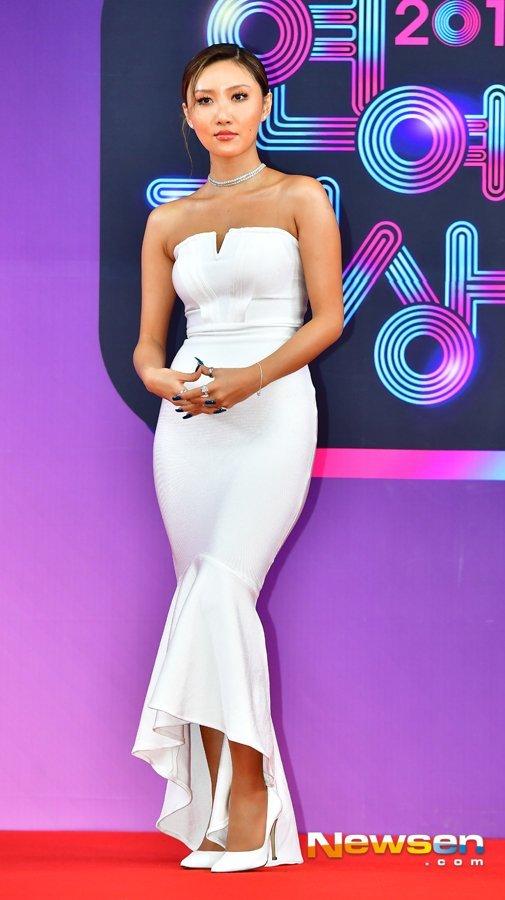 Hwasa '2018 KBS Entertainment Awards' töreninde beyaz elbisesiyle parladı